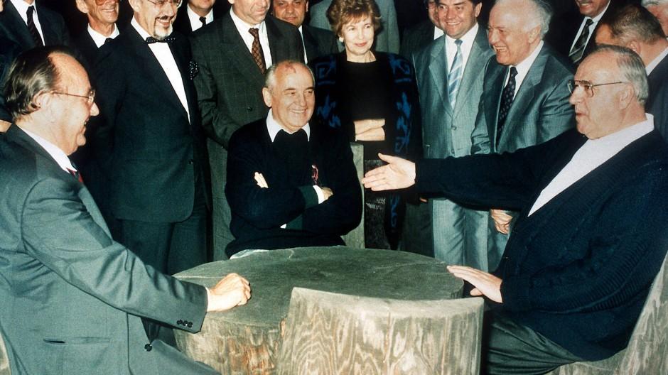 Gorbatschow mit Kohl und Genscher im Juli 1990 im Kaukasus.