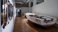 Ein Flüchtlingsboot aus Holz im Landesmuseum in Hannover