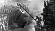 Die sowjetische Flagge wird am 02. Mai 1945 auf dem Berliner Reichstag gehisst.