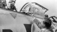 Bundesverteidigungsminister Franz Josef Strauß überreicht am 22.07.1960 Generalleutnant Josef Kammhuber, das Modell eines Starfighters.
