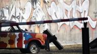Ein bemalter Trabant am 15. November 2015 vor einer Nachbildung der Berliner Mauer