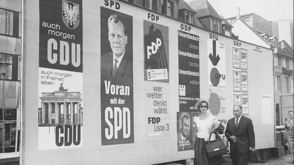 Wahlplakate in Frankfurt am 4. September 1961.