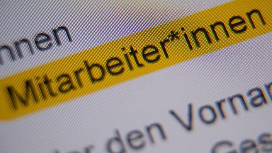 """Die Anrede """"Mitarbeiter*innen"""" ist in der Handreichung """"Hinweise zur Umsetzung der geschlechtersensiblen Sprache für die Verwaltung der Landeshauptstadt Stuttgart"""" markiert und auf einem Bildschirm zu sehen."""