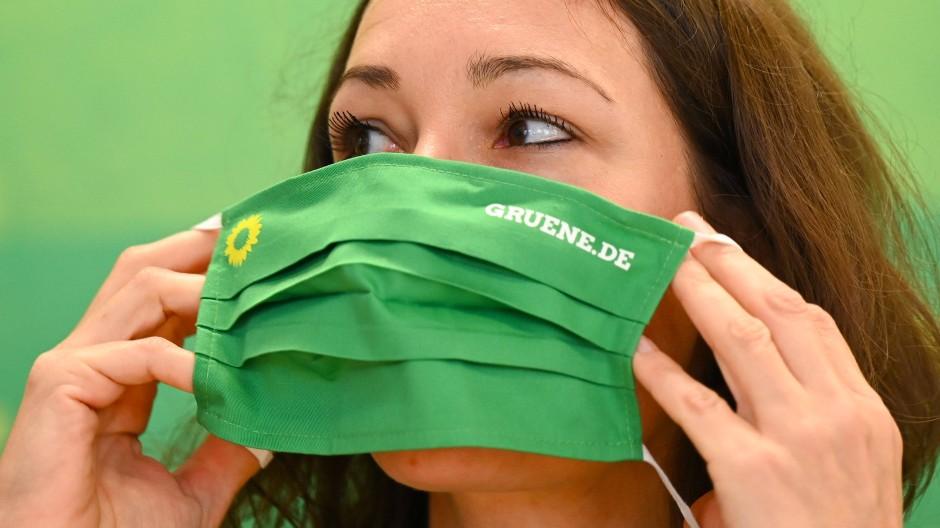 Anne Spiegel (Bündnis 90/Die Grünen), Familienministerin des Landes Rheinland-Pfalz und Spitzenkandidatin für die Landtagswahl 2021, legt sich während einer Pressekonferenz in der Landesgeschäftsstelle einen Mund-Nasen-Schutz an.