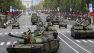 Französische Kampfpanzer vom Typ Leclerc rollen am 14.07.2010 bei einer Militärparade über die Champs-Elysées in Paris.