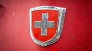 Schweizer Flagge auf roter Lok