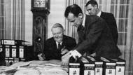 """Übergabe einer """"Quick""""-Umfrage an Bundeskanzler Ludwig Erhard im Jahr 1964"""