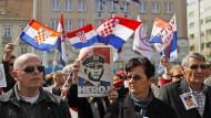 Kriegsverbrecher oder Held? Diese kroatischen Demonstranten sind sich im Fall von General Ante Gotovina ganz sicher.