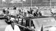 Königin Elizabeth II. und der Kölner Oberbürgermeister Theo Burauen fahren am 25.06.1965 vom Kölner Rathaus zum British Council.