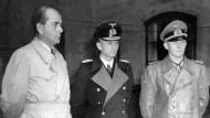 Rüstungsminister Albert Speer, Großadmiral Karl Dönitz und Generaloberst Alfred Jodl (von links nach rechts) nach ihrer Festnahme am 23. Mai 1945