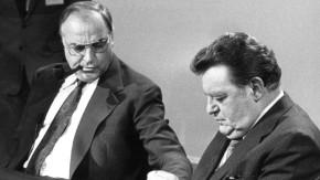 Der bayerische Ministerpräsident  Franz Josef Strauß  und der CDU-Vorsitzende Helmut Kohl kurz vor Beginn einer Gesprächsrunde der Parteivorsitzenden am 05.10.1980 zum Wahlausgang in einem Bonner Fernsehstudio