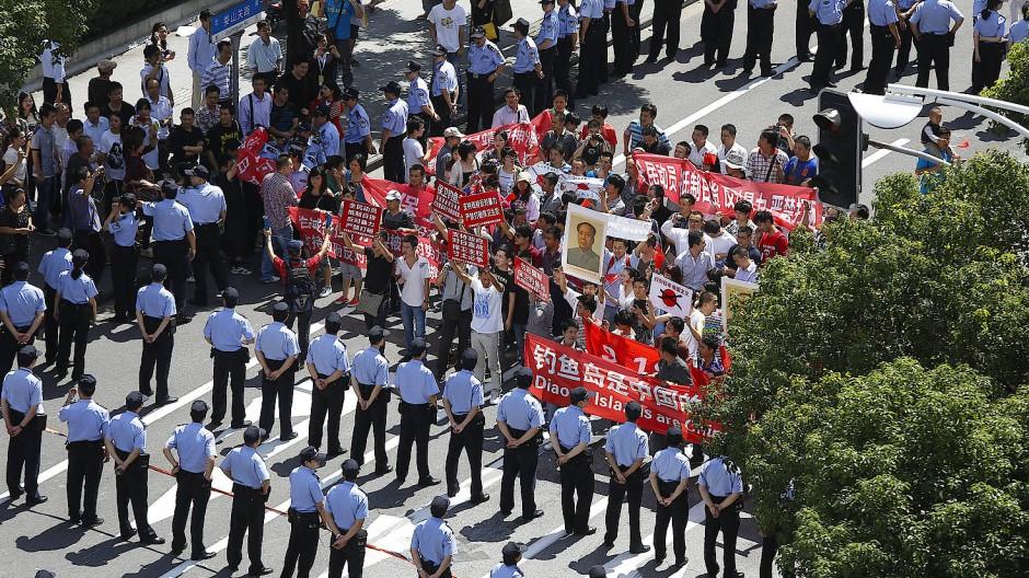 Proteste vor dem Generalkonsulat in Schanghai im Jahr 2012.