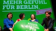 Antje Kapek (l), Ramona Pop (2vr), die Landesvorsitzenden Bettina Jarasch (2vl) und Daniel Wesener(r) stehen am 12.03.2016 in Berlin bei der Landesmitgliederversammlung auf der Bühne hinter einem übergroßen Luftballon, auf dem «Mehr Gefühl für Berlin» zu lesen ist.