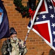 Ein Sympathisant zeigt die Südstaatenflagge in Virginia.