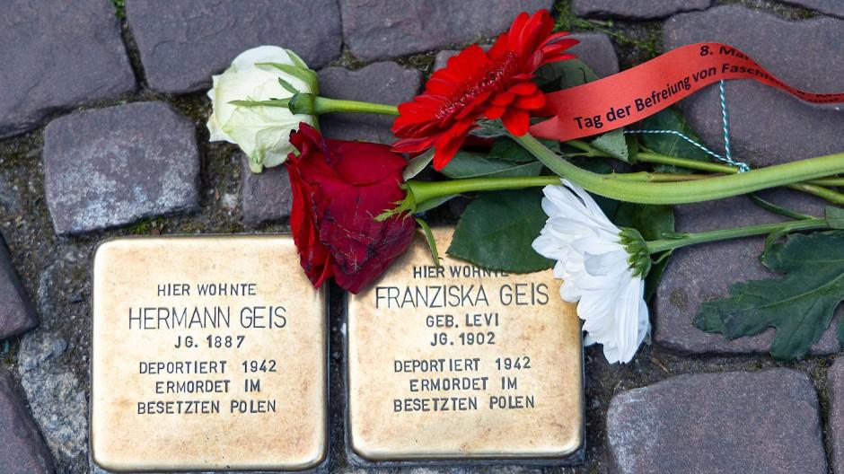 Stolpersteine mit Rosen in Frankfurt am 8.Mai 2020