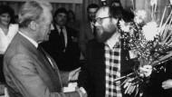 Willy Brandt gratuliert Wolfgang Thierse zur Wahl zum Vorsitzenden der SPD in der DDR auf dem Sonderparteitag am 9. Juni 1990 in Halle/Saale