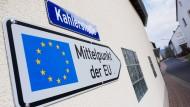 Ein Schild weist auf den Mittelpunkt der Europäischen Union in Westerngrund (Bayern) hin, aufgenommen am 23. März 2017