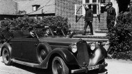 Großadmiral Karl Dönitz in seinem Dienstwagen vor dem Gebäude der Sportschule der Marinekriegsschule Mürwik bei Flensburg; vermutlich am 11. Mai 1945