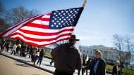 Ein Mann mit USA-Flagge am Super-Tuesday, der 01. März 2016, vor dem Weißen Haus in Washington
