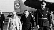 Botschafter Saffet Arikan (Links) in Tempelhof im August 1942