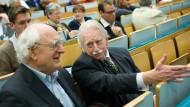 Der Historiker Hans-Ulrich Wehler (links) und der Publizist Klaus Harpprecht im Gespräch am 15.10.2008 im Hörsaal I der Universität in Frankfurt.