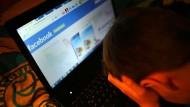 Ein Junge beim Betrachten der Facebook- Seite.