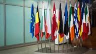 Die Flaggen europäischer Staaten am 3. Juli 2012 im Foyer der EZB