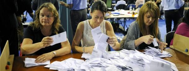 In der Emirates Sports Arena in Glasgow werden die Stimmen ausgezählt