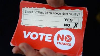 """Ein Gegner der Abspaltung hält eine Karte der """"No""""-Kampagne in Forfar (Schottland) in die Kamera"""