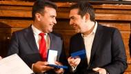 Hatten merklich gute Laune: Zoran Zaev (l.), Premierminister Nordmazedoniens, und sein griechischer Kollege Alexis Tsipras