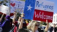 Protestanten in Texas fordern die Aufnahme von Flüchtlingen aus Syrien.