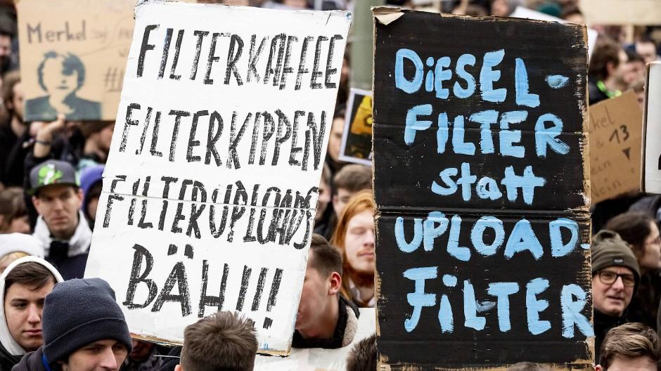 """""""Dieselfilter statt Uploadfilter"""" steht bei einer Demonstration gegen Uploadfilter und EU-Urheberrechtsreform im Artikel 13 auf mehreren Plakaten."""