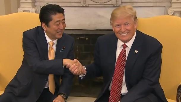 Wie Trump mit seinem Handschlag Macht ausübt