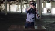Der Senats-Kandidat Jason Kander in einem Wahlwerbespot, in dem er blind ein Sturmgewehr zusammensetzt.