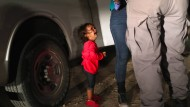 Sinnbild des Problems: Ein Kind aus Honduras weint als seine Mutter von amerikanischen Grenzpolizisten durchsucht und festgenommen wird