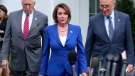 Die Demokraten Steny Hoyer, Nancy Pelosi und Chuck Schumer verlassen am Mittwoch das Weiße Haus.