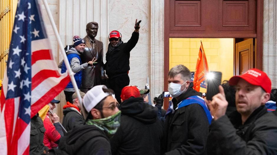 Posieren mit Ronald Reagan: Trump-Anhänger am Mittwoch im Kapitol