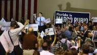 Marco Rubio spricht von der Ladefläche eines Geländewagens zu seinen Anhängern.