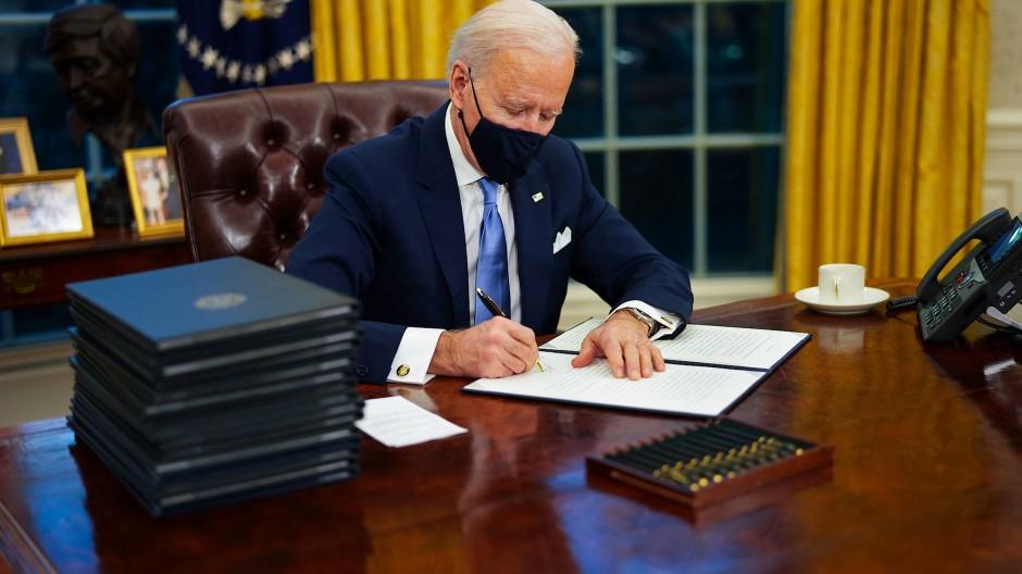 Frisch ans Werk: Joe Biden unterzeichnet am Mittwoch nach seiner Vereidigung seine ersten Erlasse im Oval Office.