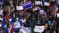 """""""Liebe übertrumpft Hass"""": Das scheint ein Trump-Anhänger auf einer Clinton-Wahlkampfveranstaltung nicht zu glauben."""
