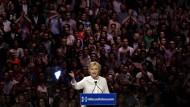 Hillary Clinton erklärt sich zur Siegerin der Vorwahl der Demokraten.