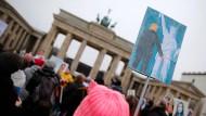 "Solidarität mit dem ""Women's March"" in Washington: Demonstranten am 21. Januar vor dem Brandenburger Tor in Berlin"