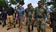 Der kommissarische Heimatschutzminister Kevin McAleenan  (zweiter von links) bei der Begehung einer temporären Hilfseinrichtung in Panama. Überzeugt er Trump davon, dass er hinter dessen Migrationspolitik steht?