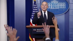 """Stabschef Kelly """"fassungslos"""" über Vorwürfe gegen Trump"""
