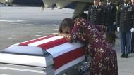 Myeshia Johnson am Dienstag am Sarg ihres Mannes Sergeant La David Johnson: Donald Trump wusste seinen Namen nicht.