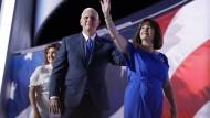 Vizepräsidentschaftskandidat Mike Pence verlässt mit seiner Familie nach seiner Rede die Bühne in der Quicken Loans Arena in Cleveland.