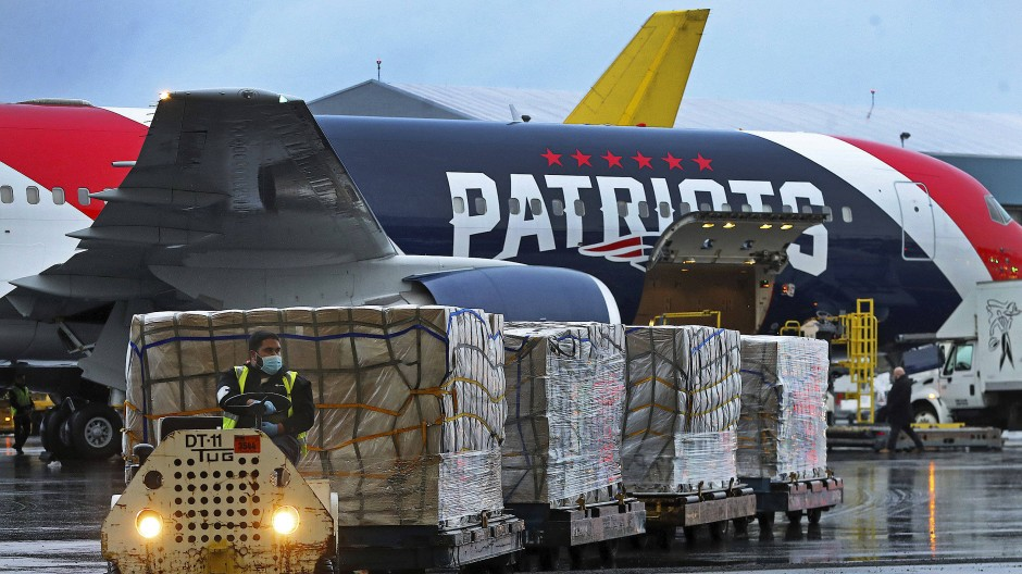 Atemschutzmasken aus China: Das Flugzeug der New England Patriots hat in der Krise eine neue Aufgabe.