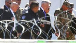 Verteidigungsminister inspiziert Truppen an der Grenze zu Mexiko