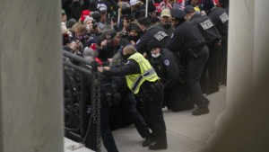 Zwei Polizisten verklagen Trump für erlittene Verletzungen