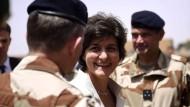 Frankreichs ehemalige Verteidigungsministerin Sylvie Goulard bei einem Besuch der Truppen in der Sahelzone.
